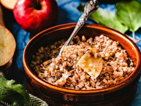 Здравословна закуска с елда / гречка, ябълки, мед и канела - снимка на рецептата
